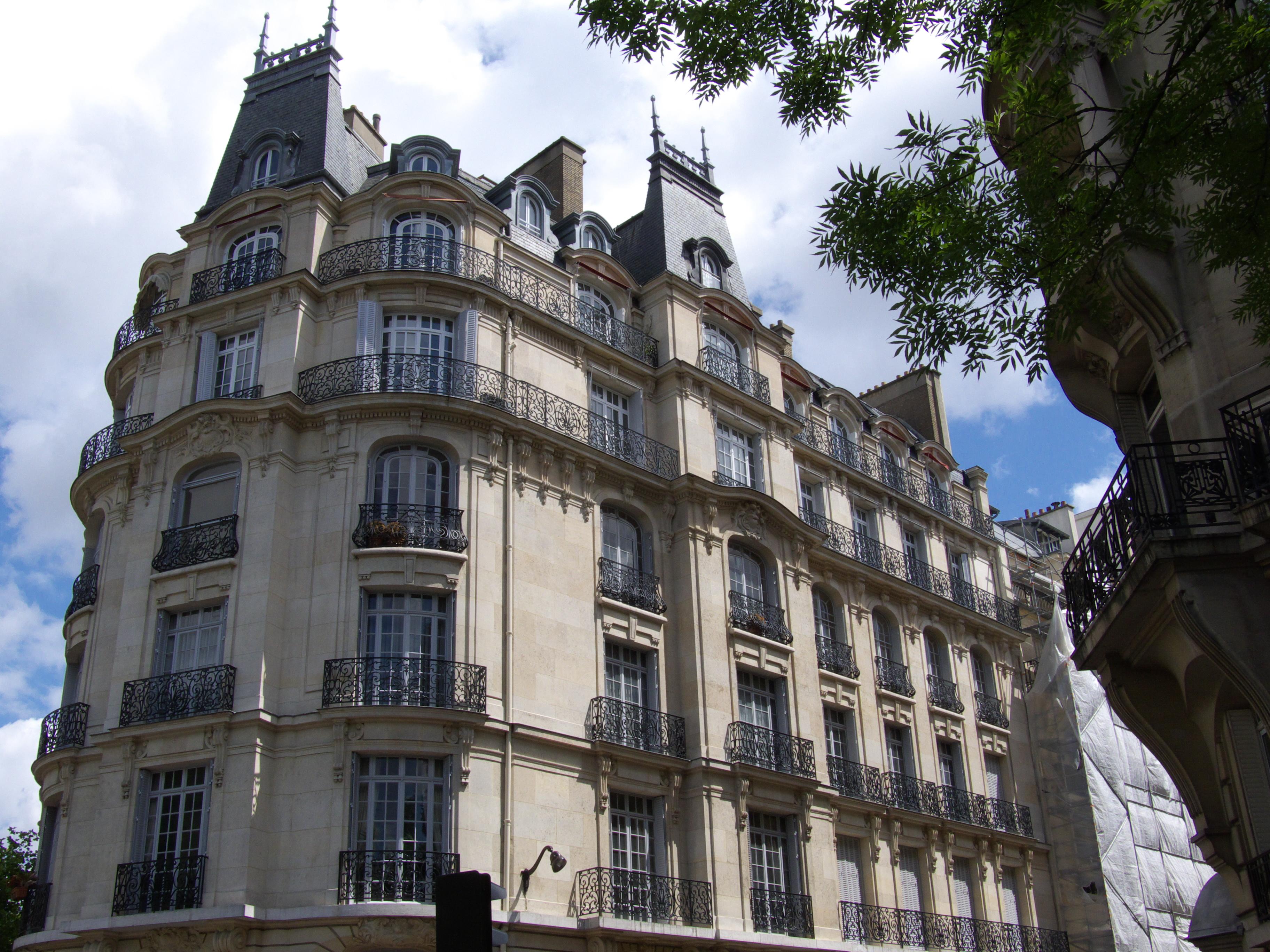 """Immeuble en pierre """"Chateau-fort"""", Paris VIII."""