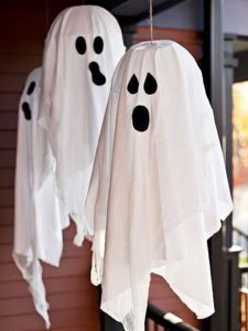 decoration-halloween-entree-idees-fantomes-draps-bmancs