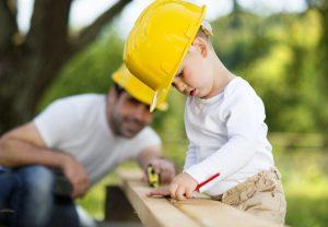 Bricolage au printemps entre père et fils