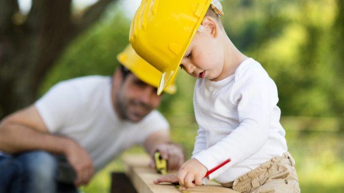 Bricolage père et fils au printemps